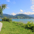Waterside promenade of lake tegernsee with view to the alps, germany — Стоковая фотография