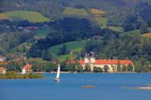Closeup of waterside lake tegernsee, with sailboat and tegernsee castle, germany — Stock Photo