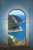 View through arched door, beautiful coastal landscape — 图库照片