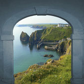 View through arched door to coastal landscape — Stock Photo