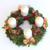 Handmade advent wreath with white candles, cones, orange ribbons — Zdjęcie stockowe