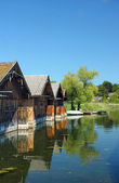 Wooden boat houses reflecting in the water of lake staffelsee, b — Stock Photo
