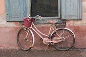 Ностальгический розовый велосипед против фасад дома — Стоковое фото