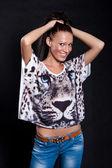 Langhaarige frau im hemd mit tiger — Stockfoto