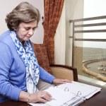 femme d'affaires senior sur le point d'écrire — Photo