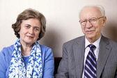 Älteres Ehepaar Blick in die Kamera — Stockfoto