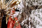 Lily appassita e bandiera buddista — Foto Stock
