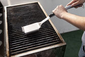 Cleaning the Grill — 图库照片