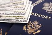 наличные & паспорта — Стоковое фото