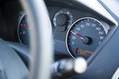 W desce rozdzielczej samochodu ograniczenie prędkości — Zdjęcie stockowe