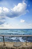 Banister arkasında deniz — Stok fotoğraf