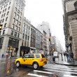 Yellow Taxi and Pedestrians at Rainy Chinatown Manhattan New-Yor — Stock Photo