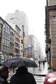 Pedestrians at Rainy Chinatown Manhattan New-York — Stock Photo