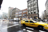 Yellow Taxi Traffic in Rainy Broadway Manhattan New-York — Stock Photo