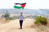 Palestinian Protester Holding Flag by Wall of Separation West Ba — Stock Photo