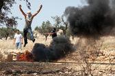 Filistin adamı ateşte protesto olarak atlama — Stok fotoğraf