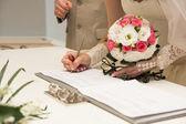 νύφη υπογραφή σύμβαση γάμου ή άδεια γάμου — Φωτογραφία Αρχείου