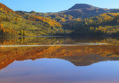 Autumn in the reflective water — Foto Stock