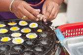 Closed up fried quail egg process in Thailand — Stock Photo
