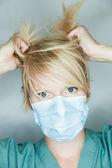 Médecin dans un masque de recherche au patient — Photo