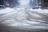 Karla kaplı road, tekerlek izleri — Stok fotoğraf