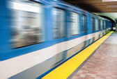 Moving subway train and Motion blur with an empty subway platfor — Stock Photo