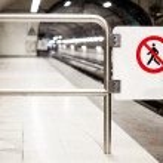 Safety Interdiction Sign (Do not Cross) on a Subway Platform — Stock Photo #34584613