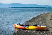 Orange and Yellow Kayak With Oars on the Sea Shore — Stock fotografie