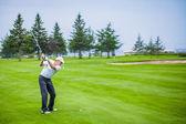 Senior golfeur sur un parcours de golf — Photo