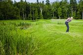 Zralé golfista na golfovém hřišti — Stock fotografie
