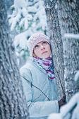 Spokojna kobieta, słuchając tego, co matka natura ma do powiedzenia — Zdjęcie stockowe
