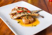 Grillé plaque de sardines aux poivrons rouges et pommes de terre — Photo