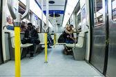 モントリオールの地下鉄の中の人々 のテキスト メッセージ — ストック写真