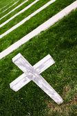 Cruz blanca en un viejo cementerio — Foto de Stock