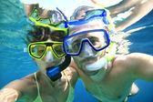 Couple snorkeler in ocean — Stok fotoğraf