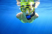 Woman snorkeler in sea — ストック写真