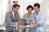 Expert-conseil financier présentant un nouvel investissement de projet à un sm — Photo