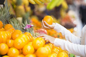 Woman buys fruits and vegetables at a market — Stock Photo