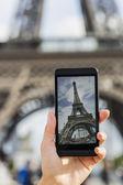 Paris'te Eyfel Kulesi resimleri cep telefonunu alarak kadın — Stok fotoğraf