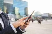 Imprenditrice utilizzando il suo telefono intelligente nell'ambiente di lavoro — Foto Stock