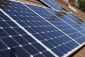 Paneles solares en el techo de la casa. Inglaterra — Foto de Stock