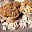Natural sponges, souvenirs and shells on sale at street market — Stockfoto