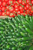 Pepinos e tomates no bazar — Fotografia Stock
