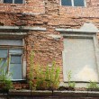 The old facade collapses — Stockfoto