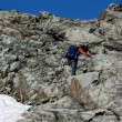 Man climbing mountain — Stockfoto