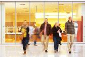 Insanların alışveriş merkezinde kasıtlı bulanık resim — Stok fotoğraf
