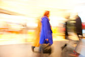 A shopper walking in front of shop window — Foto de Stock