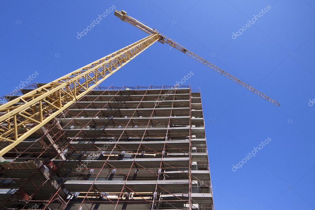 与塔式起重机施工现场 - 图库图片