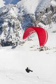 Winter paragliding in bergen — Stockfoto