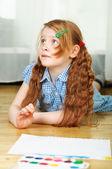 Boya fırçası ile küçük kız — Stok fotoğraf